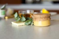 Pequeño tarro cerrado con el kurd delicioso del limón Fotografía de archivo