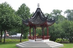 Pequeño templo chino en parque imagen de archivo
