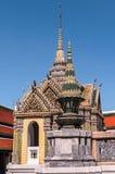 Pequeño templo con los chapiteles contra un cielo azul marino en el palacio magnífico, Tailandia Imagen de archivo