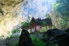 Pequeño templo en la cueva de Phraya Nakhon Imagenes de archivo