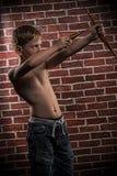 Pequeño tirador-niño con el arco y la flecha Imágenes de archivo libres de regalías
