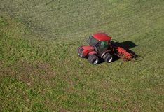 Pequeño tractor en un campo Foto de archivo