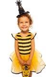 Pequeño traje de la abeja con el cubo de Halloween del caramelo Fotos de archivo