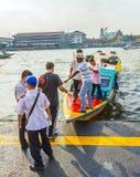 Pequeño transbordador en el río Chao Phraya en Bangkok Foto de archivo libre de regalías
