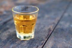 Pequeño vaso de medida de la bebida alcohólica fotografía de archivo libre de regalías