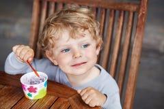 Pequeño verano del helado de la consumición del niño Foto de archivo libre de regalías