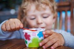 Pequeño verano del helado de la consumición del niño Fotos de archivo libres de regalías