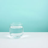 Pequeño vidrio redondo de agua pura imagenes de archivo