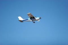 Pequeño vuelo del aeroplano Imagen de archivo libre de regalías