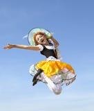 Pequeño vuelo feliz de la bruja en el cielo azul Imagen de archivo