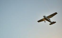 Pequeño vuelo plano con el fondo del cielo azul Fotografía de archivo libre de regalías