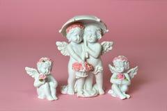 Pequeños ángeles que sostienen las flores Foto de archivo libre de regalías