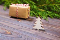 Pequeños árbol de navidad y regalo de madera blancos decorativos con concepto rojo del Año Nuevo de la cinta, regalo del papel de Fotografía de archivo libre de regalías