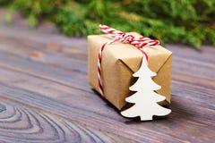 Pequeños árbol de navidad y regalo de madera blancos decorativos con concepto rojo del Año Nuevo de la cinta, regalo del papel de Imágenes de archivo libres de regalías