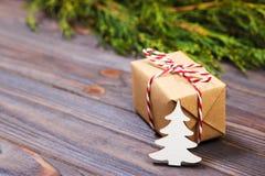Pequeños árbol de navidad y regalo de madera blancos decorativos con concepto rojo del Año Nuevo de la cinta, regalo del papel de Foto de archivo libre de regalías