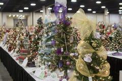 Pequeños árboles de navidad decorativos coloridos en el festival de Tre Foto de archivo libre de regalías