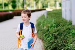 Pequeños 7 años felices del muchacho en su primer día en la escuela Fotos de archivo libres de regalías