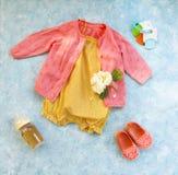 Pequeños accesorios del niño en fondo de la turquesa Fotos de archivo