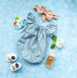 Pequeños accesorios del niño en fondo de la turquesa Imagen de archivo libre de regalías