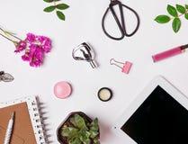 Pequeños accesorios lindos en el fondo blanco Imágenes de archivo libres de regalías