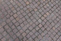 Pequeños adoquines del granito con las juntas diagonales Foto de archivo libre de regalías