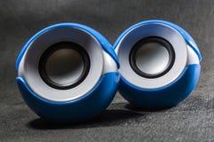 Pequeños altavoces portátiles para la música plástico Fondo negro Colores azules y blancos Dimensión de una variable redonda Equi fotos de archivo
