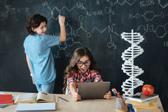 Pequeños alumnos encantados que disfrutan de la lección de la química en la escuela Fotos de archivo