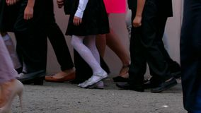 Pequeños alumnos que caminan en el patio de escuela