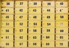 Pequeños armarios amarillos de PO BOX imagenes de archivo