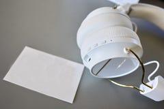 Pequeños auriculares de Bluetooth, color blanco, primer foto de archivo libre de regalías