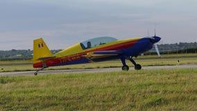 Pequeños aviones que hacen demostraciones almacen de video