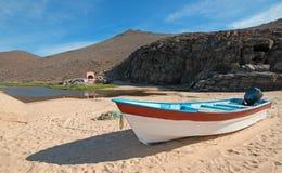 Pequeños barco de pesca/Ponga en la playa de Punta Lobos en la costa de Baja California México foto de archivo libre de regalías