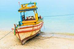 Pequeños barco y mar de pesca Fotos de archivo libres de regalías