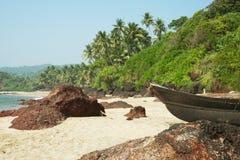 Pequeños barcos de fila que ponen en una playa Imágenes de archivo libres de regalías