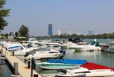 Pequeños barcos de motor en el puerto deportivo, río Danubio, Viena Imagen de archivo