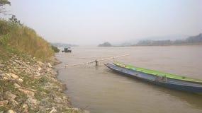 Pequeños barcos de pesca atracados en una orilla del río Foto de archivo libre de regalías