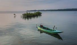 Pequeños barcos de pesca azules en el río Fotos de archivo libres de regalías