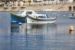 Pequeños barcos de pesca coloreados hermosos en Marsaskala, Malta, Fotografía de archivo