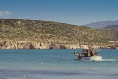 Pequeños barcos de pesca de la costa en una de las bahías Fotografía de archivo