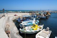 Pequeños barcos de pesca en el pequeño puerto de isla de Santorini Fotos de archivo libres de regalías