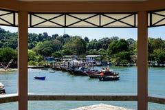 Pequeños barcos de pesca en el pueblo pesquero  Imagen de archivo libre de regalías