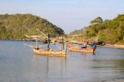 Pequeños barcos de pesca en la playa Fotografía de archivo libre de regalías