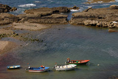 Pequeños barcos de pesca tradicionales imagenes de archivo
