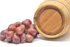 Pequeños barril y uvas de vino Imagen de archivo libre de regalías