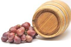 Pequeños barril y uvas de vino Foto de archivo libre de regalías