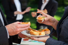 Pequeños bocadillos en comida de la oficina Fotos de archivo libres de regalías