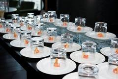 Pequeños bocados de color salmón cubiertos con los vidrios Imagen de archivo libre de regalías