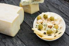 Pequeños bocados del queso, aceitunas Imagen de archivo