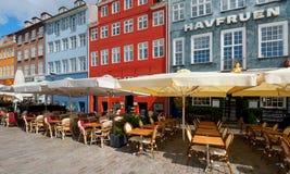 Pequeños cafés en Nyhavn por la mañana Imagen de archivo libre de regalías