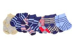 Pequeños calcetines lindos del bebé aislados en blanco Imágenes de archivo libres de regalías